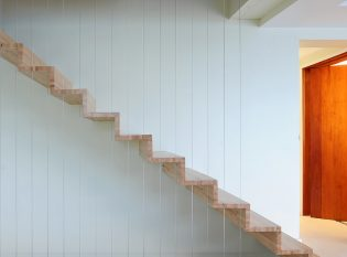 Freestanding staircase with vertical cable guard