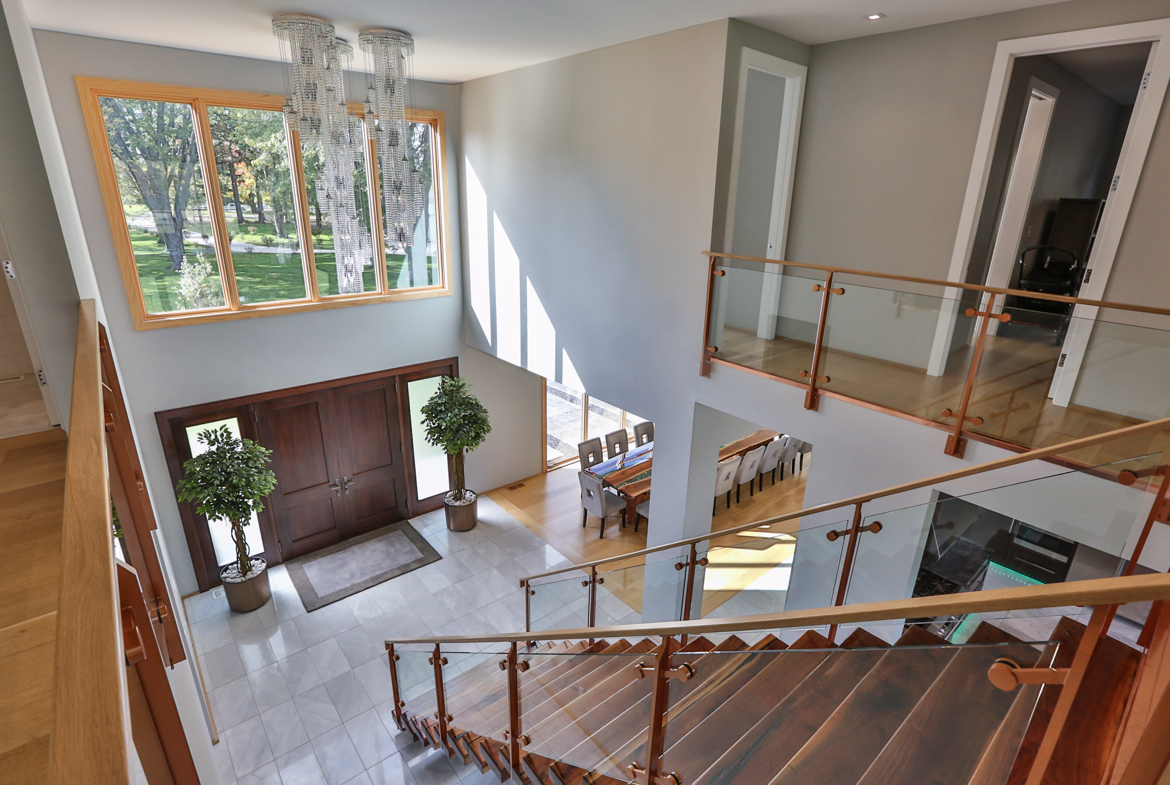 Grand entry with mono-stringer stairs