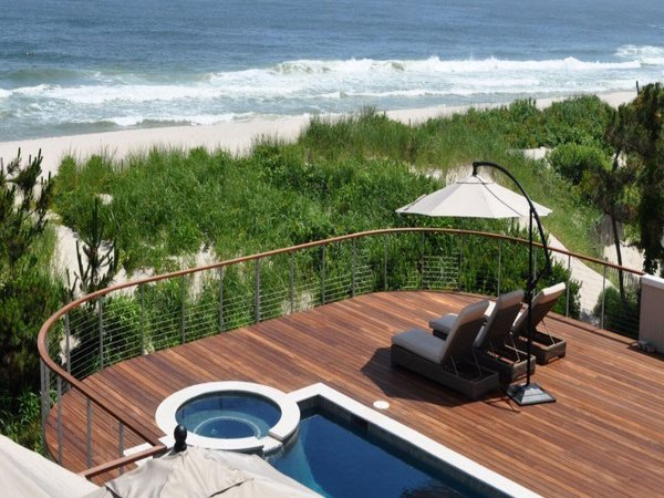 Oceanfront deck with anodized aluminum cable railing