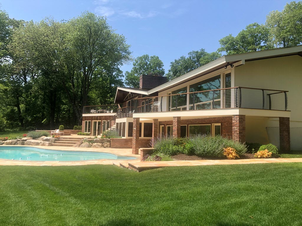 Mid Century Modern home with curved cable railings